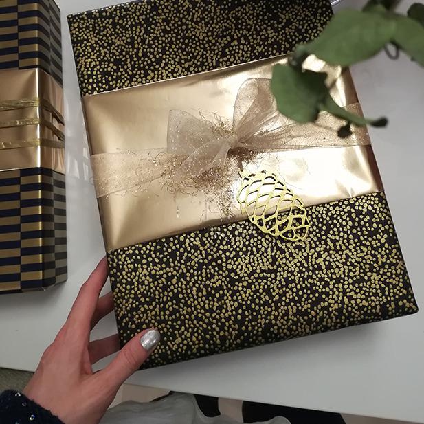 Gold Grün Wrapping Presents Geschenke einpacken Geschenkspapier Masche