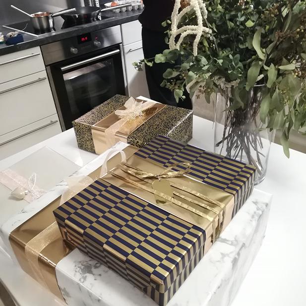 Wrapping Presents Geschenke einpacken Geschenkspapier Gold Blau Streifen