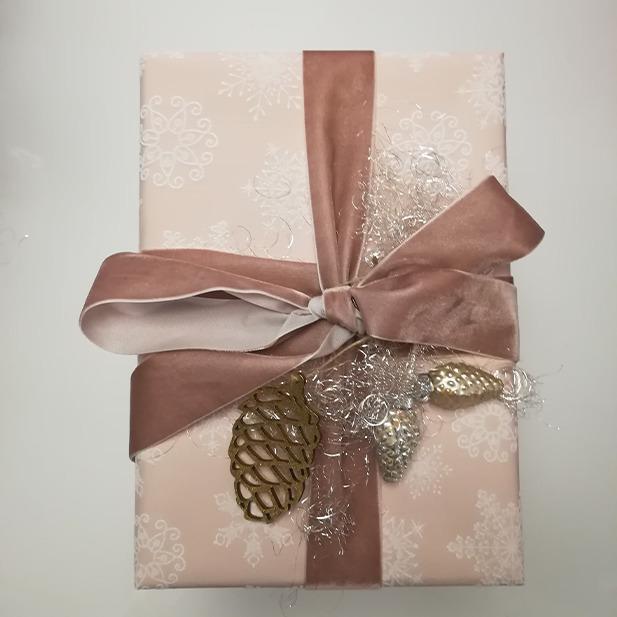 Wrapping Presents Geschenke einpacken Geschenkspapier Masche Rosa