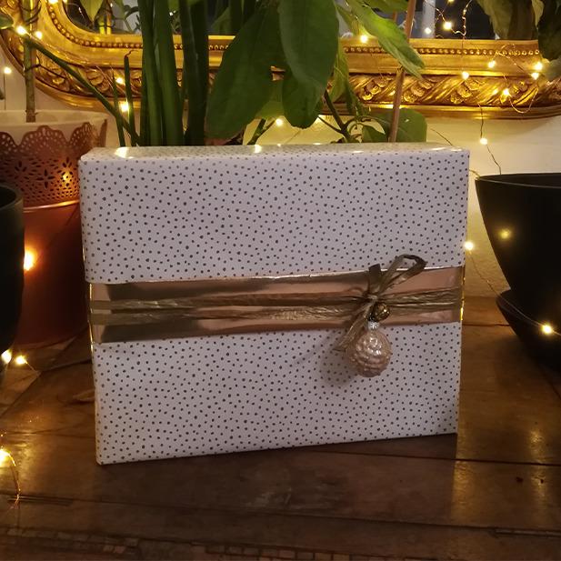 Wrapping Presents Geschenke einpacken Geschenkspapier Masche